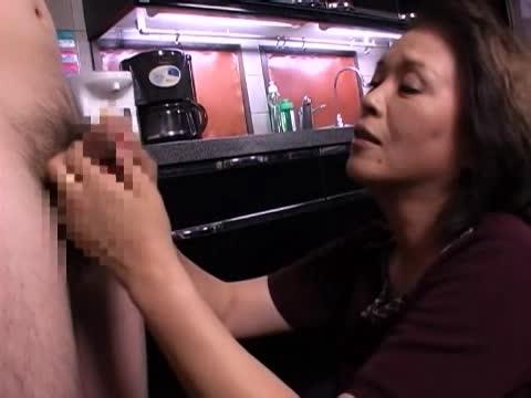 段腹な熟女が手マンオナニーをカメラの前で披露!肉棒が欲しくなり、手コキ&フェラでチンポ奉仕開始w